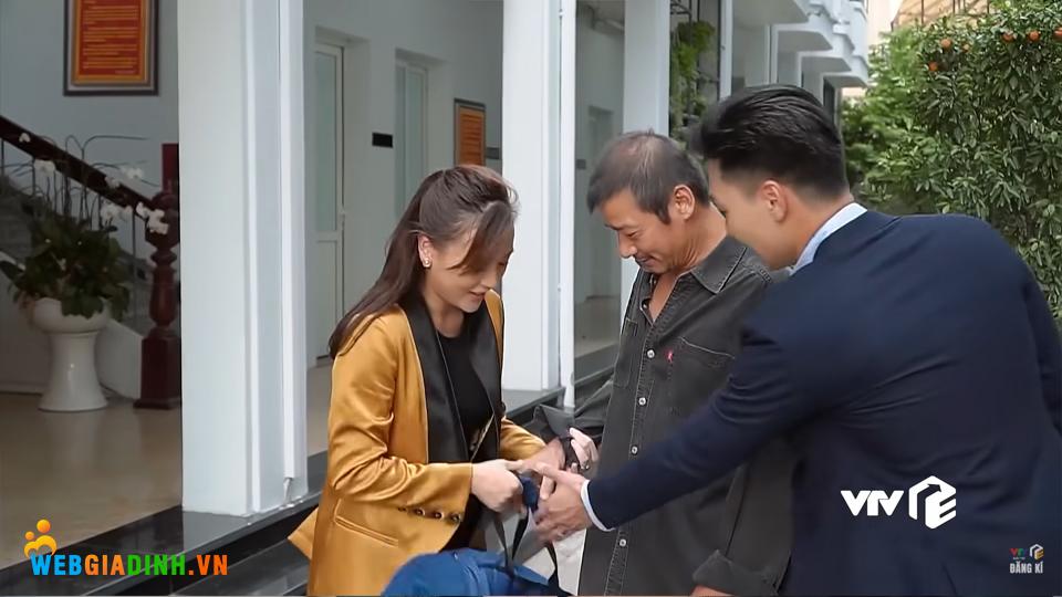 Hai vợ chồng Nam - Long vui mừng đón ông Sinh về nhà.
