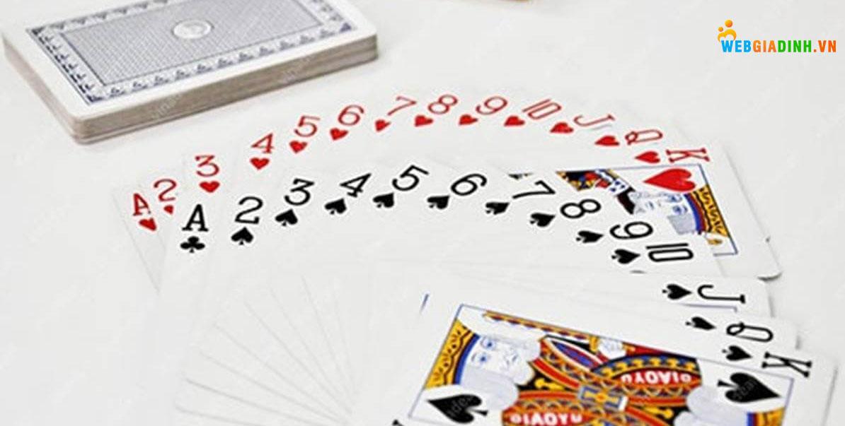 Nằm mơ thấy người khác đánh bài