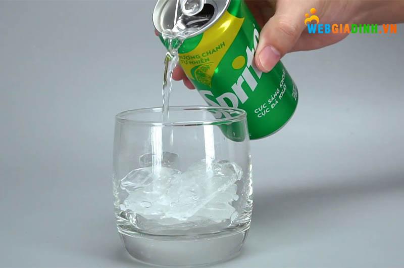 uống nước ngọt Sprite